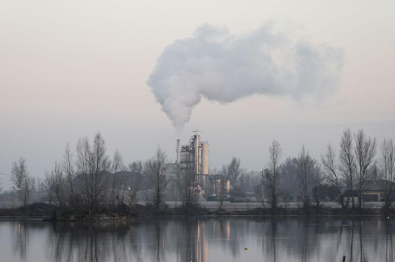 usine polluant l'atmosphиre.